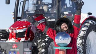 L'actrice Manon Ossevoort a atteint le Pôle après un voyage de 2 500 kilomètres sur son tracteur rouge, le 9 décembre 2014.