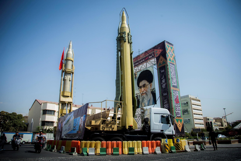 Une exposition présentant des missiles et un portrait du guide suprême de l'Iran, l'ayatollah Ali Khamenei, sur la place Baharestan à Téhéran, le 27 septembre 2017.