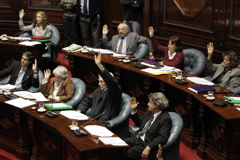 Senadores uruguaios durante voto da lei sobre o aborto no país.