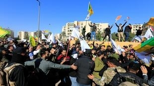 美国驻伊拉克大使馆外的抗议民众资料图片