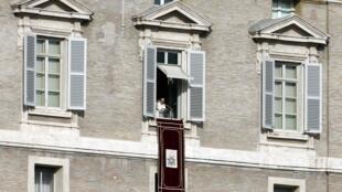 Papa Francisco lê o primeiro Angelus do ano na sacada do palácio apostólico no Vaticano, 1° de janeiro de 2014.