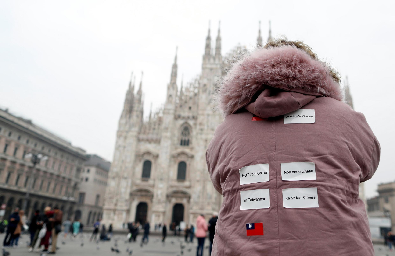 """Một du khách Đài Loan tại Milano (Ý) dán trên lưng áo """"Tôi không phải người Trung Quốc"""", """"Tôi là người Đài Loan""""... bằng 4 thứ tiếng Anh, Pháp, Đức, Ý. Ảnh chụp ngày 25/02/2020."""