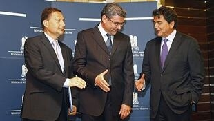 El canciller rumano Teodor Basconschi (Centro) se reunión con el ministro de Integración francés (Izq.) y el Secretario de  Estado de Asuntos Exteriores francés, Pierre Lellouche en Bucarest, el 9 de septiembre.