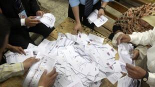 Processo de contagem dos votos em uma seção eleitoral egípcia.