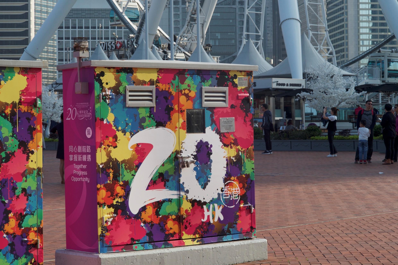 香港今年7.1正值回归20周年,在中环到处都已经涂上庆祝回归的图案。