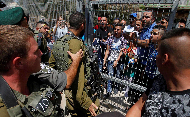 Des manifestants palestiniens face aux soldats israéliens, le 3 septembre 2017, dans la vieille ville d'Hébron.