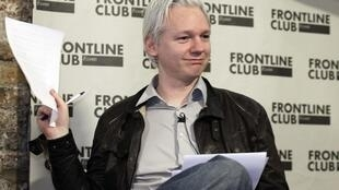 Julian Assange អ្នកចាត់ចែងការផ្សាយរបស់ Wikileaks ធ្វើការបង្ហាញ ឯកសារសម្ងាត់ទៅអ្នកកាសែត នៅទៅក្រុងឡុដ៍