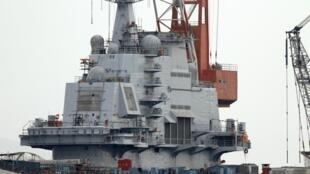 """Hàng không mẫu hạm """"Varyag"""", ở cảng Đại Liên, 17/04/2011 (Reuters)"""