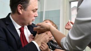 Igor Pereginets du Ministère de la Santé (G)  donne le coup d'envoi à la campagne de vaccination contre la polio. Photo :  Kiev, le 21/10/2015.