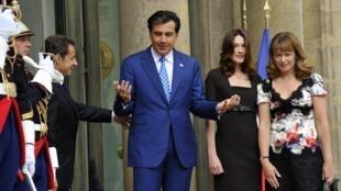 Президенты Грузии и Франции с супругами на ступенях Елисейского дворца в Париже.