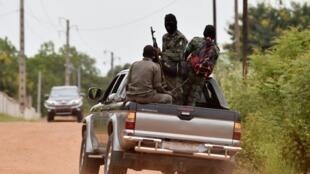 Des soldats ivoiriens mutins à l'entrée de Bouaké le 14 mai 2017.