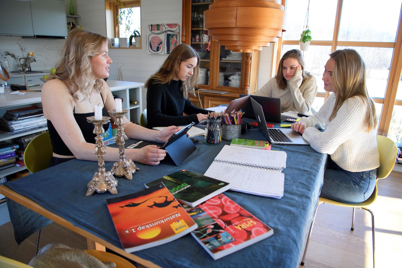 Contrairement aux écoles en Suède, les lycées ont dû fermer et les élèves organiser l'étude à la maison, comme ici à Stockholm, le 19 mars 2020.