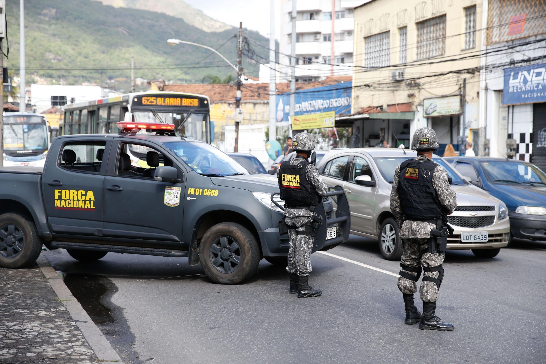 Forças de segurança ocupam ruas próximas ao Complexo do Lins, na zona norte do Rio. 06/08/17