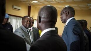 Le Premier ministre centrafricain Firmin Ngrebada salue le leader du FPRC Abdoulaye Hissène, lors de la réunion du comtié de suivi de l'accord de paix, le 23 août.