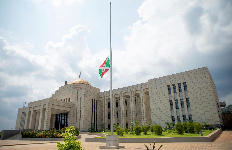 Le drapeau burundais est en berne au palais présidentiel à Bujumbura le 10 juin 2020.