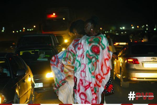 Djeynaba Touré et Oumy au milieu des voitures.