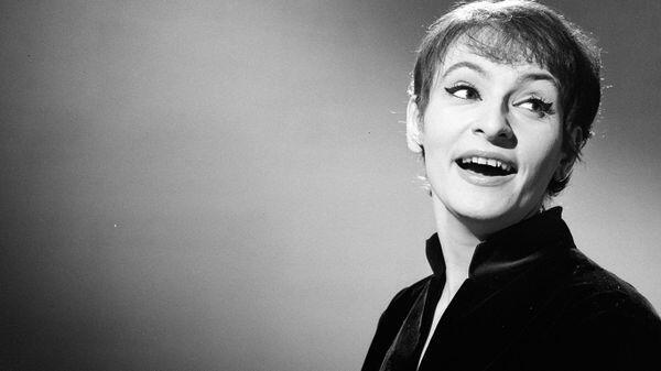 """Barbara, photographiée lors de l'émission """"Moi j'aime"""" en 1964"""