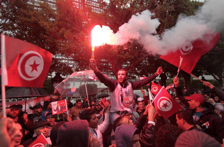 Les Tunisiens dans la rue vendredi 17 décembre au soir pour les derniers meetings politiques d'entre-deux-tours.