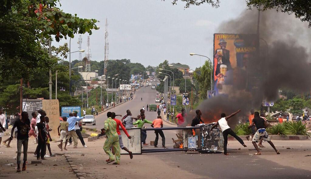 Baadhi ya vijana wakiwa wamechoma matairi kwenye moja ya barabara za Kinshasa