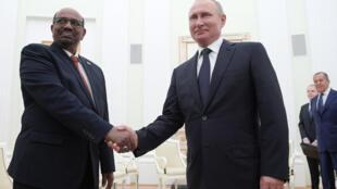Vladimir Poutine et Omar el-Béchir lors d'une rencontre à Moscou le 14 juillet 2018.