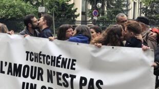 Протест поцелуев в поддержку ЛГБТ в Чечне у посольства РФ в Париже. На плакате: «Чечня. Любовь не преступление»