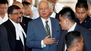 Cựu thủ tướng Malaysia Najib Razak ra khỏi tòa án, Kuala Lumpur, ngày 08/08/2018