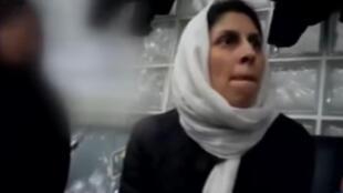 """تصاویر بازداشت نازنین زاغری در فرودگاه امام خمینی که نزدیک به سه سال قبل رخ داد، اخیراً در چارچوب مجموعۀ """"خارج از دید"""" از شبکۀ تلویزیونی افق پخش شد."""