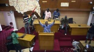 Des manifestants envahissent le Parlement burkinabè, le 30 octobre 2014.