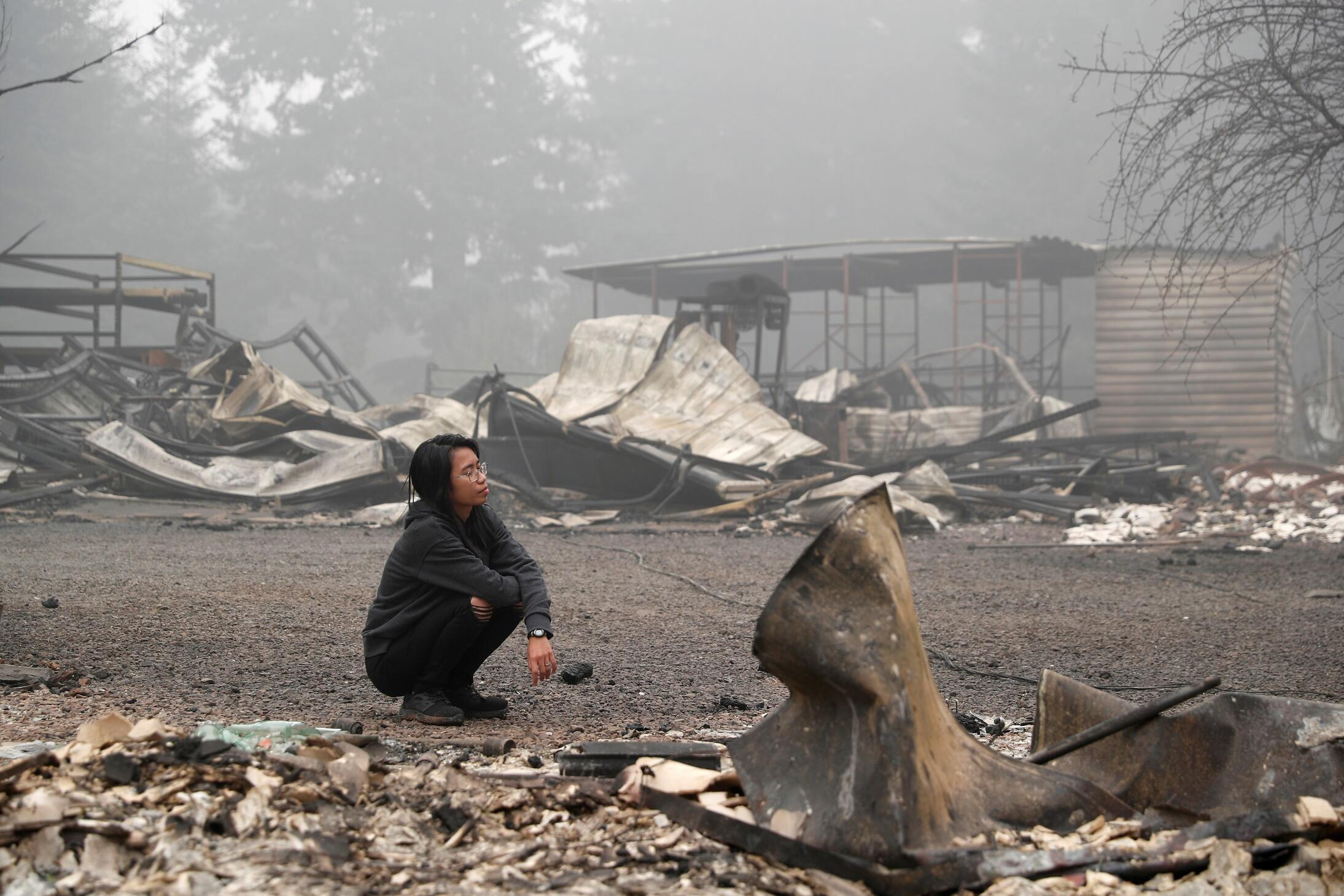 Habitante de l'Oregon dans les décombres de sa maison ravagée par les flammes, à Estacada, le 13 septembre 2020.