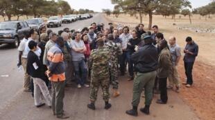 Un officier de l'armée malienne s'adresse à des journalistes à Sévaré, le 27 janvier 2013.