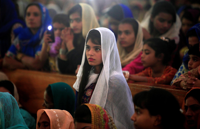 Девочка на пасхальной службе в церкви в Исламабаде, Пакистан, 16 апреля 2017 г.
