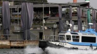 """Barco da polícia turca patrulha arredores da boate """"Reina"""", no Estreito do Bósforo, palco do atentado terrorista deste 1° de janeiro de 2017."""