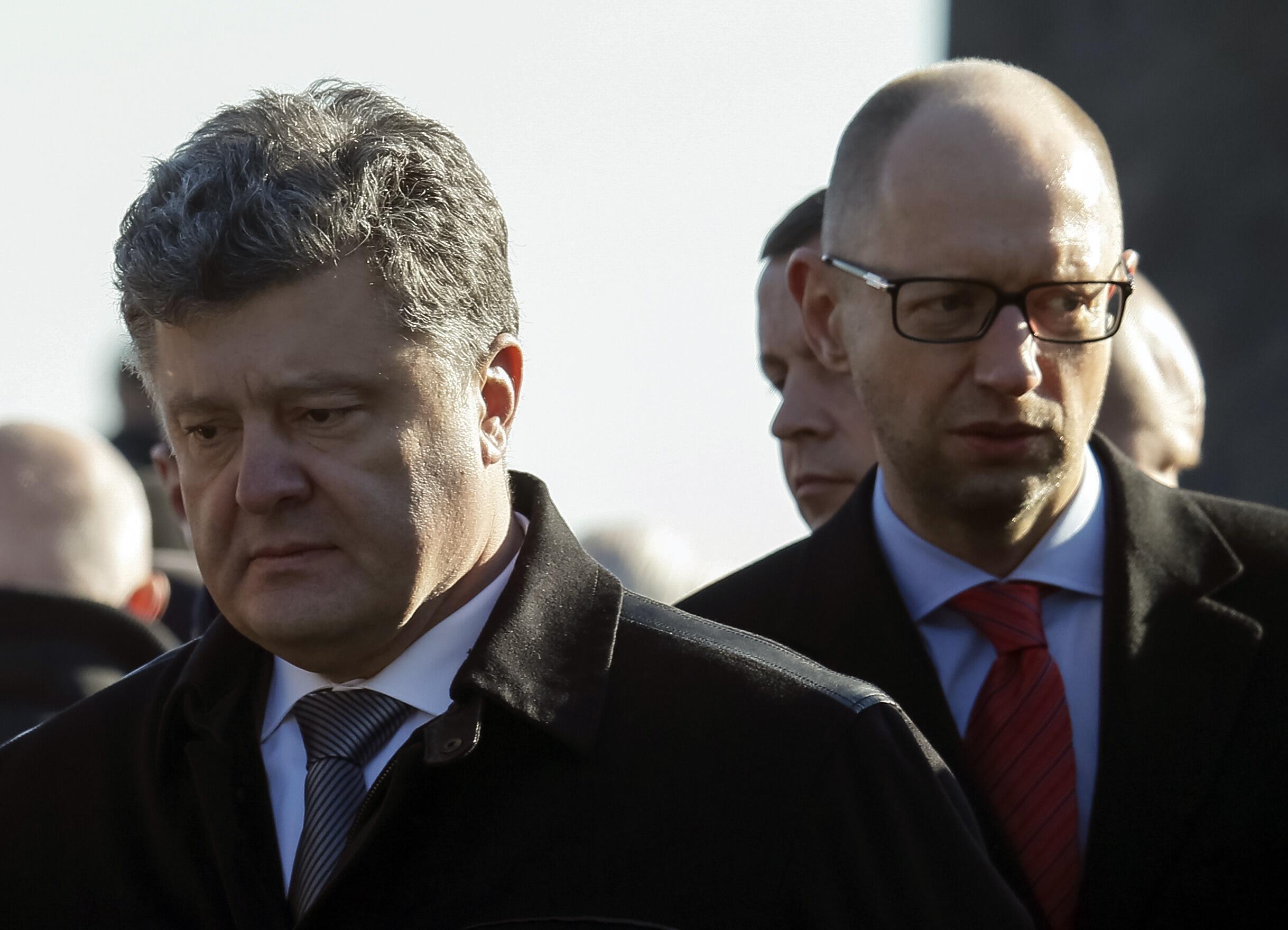 O presidente Petro Porochenko (esq.) e o primeiro-ministro Arseny Yatseniuk durante cerimônia em Kiev, no final de outubro.