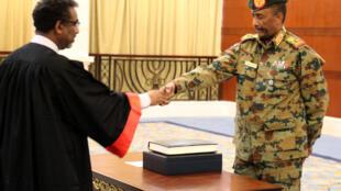 Jenerali Abdel Fattah al-Burhan akitawazwa kama rais wa Baraza Kuu tawala nchini Sudan, Karthoum, Agosti 21, 2019 (picha ya kumbukumbu).