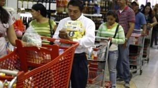 Cola en un supermercado de Caracas el 21 de agosto de 2014