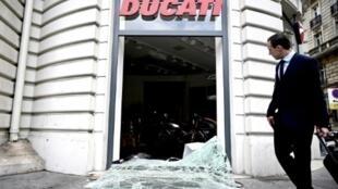 Shagon saida baburan Ducati a Champs-Elysees da ke tsakiyar birnin Paris da masu tarzoma suka sace kayayyaki da dama.