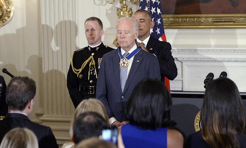 Joe Biden akitunukiwa medali ya heshima na rais Barrack Obama.