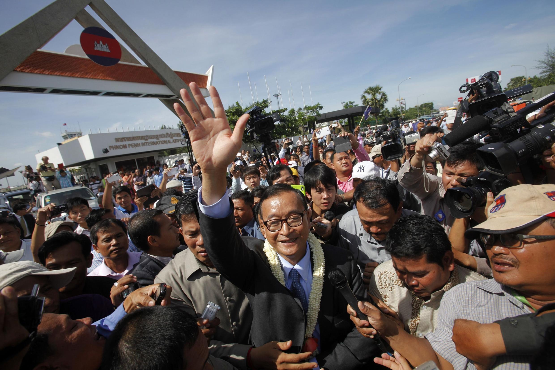 Ông Sam Rainsy, chủ tịch đảng Cứu nguy Dân tộc Cam Bốt, chào những người ủng hộ sau khi từ Mỹ trở về Phnom Penh, 16/08/2013.