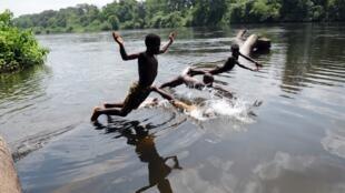 Considérée comme une maladie de la honte et de la pauvreté, la bilharziose se transmet par les larves qui prolifèrent dans les lacs. (Image d'illustration)