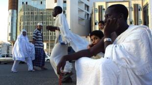 Un pèlerin nigérian assis sur le parvis de la Mecque, en février 2001.