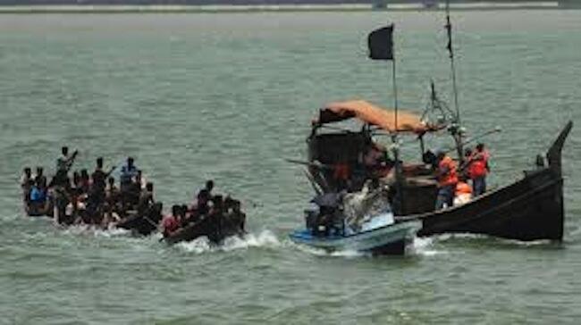 Abiria wakiwa ndani ya boti