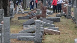 Le 21 février 2017, plus de 170 tombes juives avaient déjà été profanées dans un cimetierre des environs de Saint-Luois, dans le Missouri.