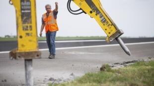 O governo promete que a nova taxa para veículas irá ser usada na manutenção de estradas.