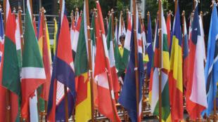 Les drapeaux des pays adhérents d'Interpol flottent à l'assemblée générale de l'organisation internationale de la police à Bali.