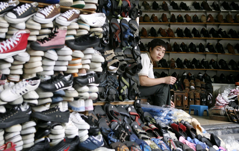 Một cửa hàng bán giày dép tại Hà Nội. Hàng hoá Trung Quốc đang tràn ngập thị trường Việt Nam.