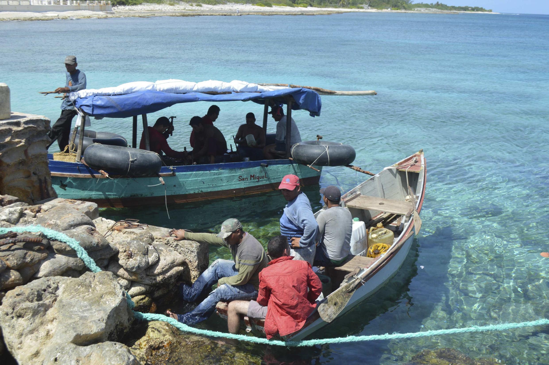 Đợt vượt biên gần đây nhất : 10 người Cuba xin tị nạn sau khi cập bến đảo Cayman - REUTERS / Immigration Department, Cayman Brac