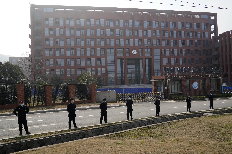 Lối vào Viện Virus Học Vũ Hán được canh giữ nghiêm ngặt nhân chuyến thăm của phái đoàn điều tra của Tổ Chức Y Tế Thế Giới ngày 03/02/2021.