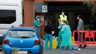 Nhân viên y tế kiểm tra khách ra khỏi khu khách sạn H10 Costa Adeje Palace, Tenerife, Tây Ban Nha, ngày 28/02/2020