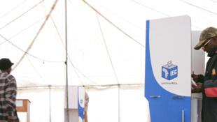Opération de vote en Afrique du Sud en 2008.
