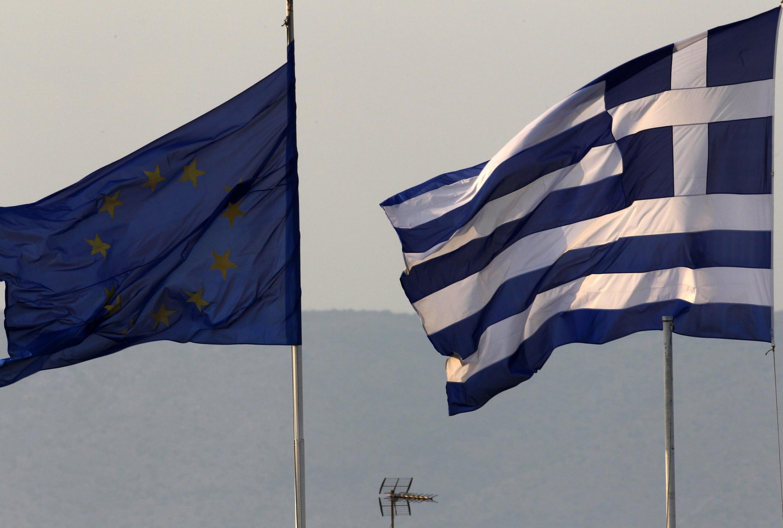 Bandeiras da Uniao Europeia e da Grécia diante do Ministério das Finanças grego.